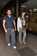 Saif Ali Khan, Kareena Kapoor snapped at airport in Mumbai on 17th Jan 2013 (6).JPG
