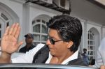 Shahrukh Khan snapped in Bandra, Mumbai on 4th Feb 2013 (1).JPG