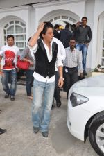 Shahrukh Khan snapped in Bandra, Mumbai on 4th Feb 2013 (3).JPG