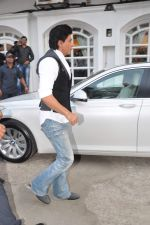 Shahrukh Khan snapped in Bandra, Mumbai on 4th Feb 2013 (6).JPG