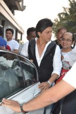 Shahrukh Khan snapped in Bandra, Mumbai on 4th Feb 2013 (9).JPG