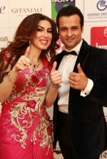 Anchors Rohit Roy with Rahaf Altawil at The 3rd Petrochem GR8 Women Awards in Middle East, Mumbai on 7th Feb 2013.JPG