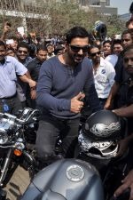John Abraham at safety drive rally by 600 bikers in Bandra, Mumbai on 10th Feb 2013 (57).JPG