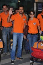 Ritesh Deshmukh, Genelia D Souza with Team Veer Marathi returns from Ranchi in Mumbai on 25th Feb 2013 (12).JPG
