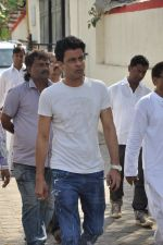 Manoj Bajpai at sonu nigam_s mom_s funeral in Mumbai on 1st March 2013 (161).JPG