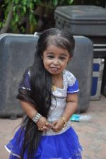 World_s shortest woman on the sets of Pyaar Mein Locha in Malad, Mumbai on 11th March 2013 (27).JPG