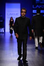 Dibakar Banerjee walk the ramp for Manish Malhotra Show at Lakme Fashion Week 2013 Day 1 in Grand Hyatt, Mumbai on 22nd March 2013 (20).JPG