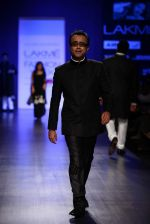 Dibakar Banerjee walk the ramp for Manish Malhotra Show at Lakme Fashion Week 2013 Day 1 in Grand Hyatt, Mumbai on 22nd March 2013 (21).JPG