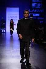 Dibakar Banerjee walk the ramp for Manish Malhotra Show at Lakme Fashion Week 2013 Day 1 in Grand Hyatt, Mumbai on 22nd March 2013 (22).JPG