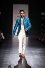 Varun Dhawan walk the ramp for Manish Malhotra Show at Lakme Fashion Week 2013 Day 1 in Grand Hyatt, Mumbai on 22nd March 2013 (110).JPG