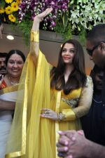 Aishwarya Rai Bachchan inaugurates Kalyan jewellers in Thane, Mumbai on 24th March 2013 (21).JPG