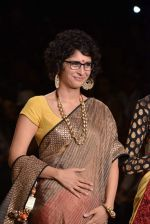 Kiran Rao walk the ramp for Vikram Phadnis Swades Show at Lakme Fashion Week 2013 Day 4 in Grand Hyatt, Mumbai on 25th March 2013(190).JPG