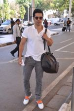 Varun Dhawan leave for charity match in Delhi Airport on 30th March 2013 (40).JPG