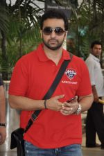 Raj Kundra return from Delhi charity match in Mumbai on 31st March 2013 (6).JPG