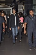 Abhishek Bachchan, Aishwarya Rai Bachchan with Aradhya return from NY in Mumbai Airport on 23rd April 2013 (7).JPG