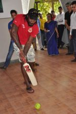 Chris Gayle spend time with NGO kids in Worli, Mumbai on 26th April 2013 (17).JPG