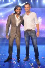 Ranveer Singh, Adam Gilchrist at Samsung S4 launch by Reliance in Shangrilaa, Mumbai on 27th April 2013 (4).JPG