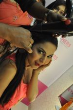 Veena Malik visits EyeCatchers, Hair & Beauty Salon for the promotion of her film Zindagi 50 50 in City Centre II Mall, Rajarhat on 9th May 2013 (25).JPG