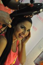 Veena Malik visits EyeCatchers, Hair & Beauty Salon for the promotion of her film Zindagi 50 50 in City Centre II Mall, Rajarhat on 9th May 2013 (26).JPG