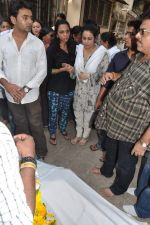 at Bollywood Photographer Jagdish Mali_s funeral in Mumbai on 13th May 2013 (31).JPG