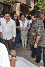 at Bollywood Photographer Jagdish Mali_s funeral in Mumbai on 13th May 2013 (32).JPG