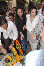 at Bollywood Photographer Jagdish Mali_s funeral in Mumbai on 13th May 2013 (37).JPG