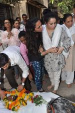 at Bollywood Photographer Jagdish Mali_s funeral in Mumbai on 13th May 2013 (41).JPG