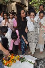 at Bollywood Photographer Jagdish Mali_s funeral in Mumbai on 13th May 2013 (46).JPG