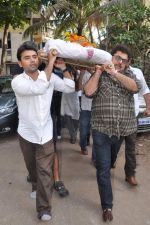 at Bollywood Photographer Jagdish Mali_s funeral in Mumbai on 13th May 2013 (57).JPG