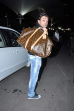 Bobby Deol snapped at airport in Mumbai on 25th May 2013 (6).JPG