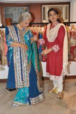 Shaina NC designs for Waheeda Rehman in Mumbai on 29th May 2013 (9).JPG