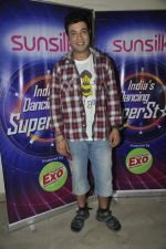 Varun Sharma with Fukrey stars on the sets of India_s dancing superstars in Filmcity, Mumbai on 29th May 2013 (14).JPG