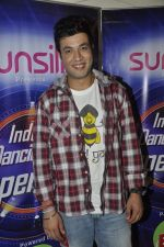 Varun Sharma with Fukrey stars on the sets of India_s dancing superstars in Filmcity, Mumbai on 29th May 2013 (15).JPG