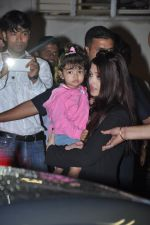 Aishwarya Bachchan with Aaradhya Bachchan as she arrives from London in Mumbai on 26th June 2013 (10).JPG