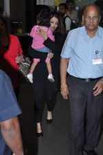 Aishwarya Bachchan with Aaradhya Bachchan as she arrives from London in Mumbai on 26th June 2013 (11).JPG