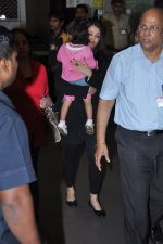 Aishwarya Bachchan with Aaradhya Bachchan as she arrives from London in Mumbai on 26th June 2013 (12).JPG