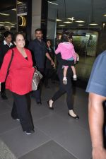 Aishwarya Bachchan with Aaradhya Bachchan as she arrives from London in Mumbai on 26th June 2013 (15).JPG