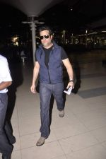 Fardeen Khan snapped at the airport in Mumbai on 4th July 2013 (6).JPG