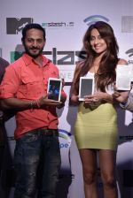 Anusha Dandekar, Nikhil Chinapa at the launch of MTV Slash Fablet by Swipe Telecom in Mumbai on 11th July 2013 (51).JPG