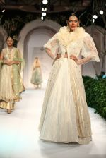 Model walk the ramp for Meera Mussafar Ali showcase 2013 bridal collection in Delhi on 24th July 2013 (14).jpg