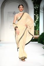 Model walk the ramp for Meera Mussafar Ali showcase 2013 bridal collection in Delhi on 24th July 2013 (7).jpg