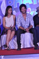 Ileana Dcruz, Shahid Kapoor at the Launch of Tu Mere Agal Bagal Hai song from Phata Poster Nikhla Hero in Mehboob, Mumbai on 26th July 2013 (100).JPG