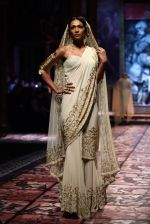 Model walks for Designer Suneet Varma in Delhi on 27th July 2013 (30).jpg