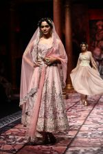 Model walks for Designer Suneet Varma in Delhi on 27th July 2013 (38).jpg