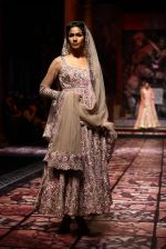 Model walks for Designer Suneet Varma in Delhi on 27th July 2013 (42).jpg