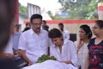 Anita Raj, Suresh Oberoi at Anita Raj_s Father Jagdish Raj funeral in Vile Parle, Mumbai on 28th July 2013 (18).JPG