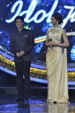 Shahrukh Khan and Deepika Padukone on the sets of Indian Idol Junior in Filmcity, Mumbai on 28th July 2013 (34).JPG