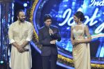 Shahrukh Khan and Deepika Padukone on the sets of Indian Idol Junior in Filmcity, Mumbai on 28th July 2013 (37).JPG
