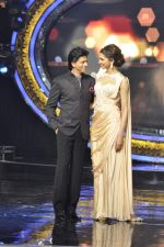 Shahrukh Khan and Deepika Padukone on the sets of Indian Idol Junior in Filmcity, Mumbai on 28th July 2013 (69).JPG