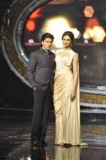 Shahrukh Khan and Deepika Padukone on the sets of Indian Idol Junior in Filmcity, Mumbai on 28th July 2013 (71).JPG